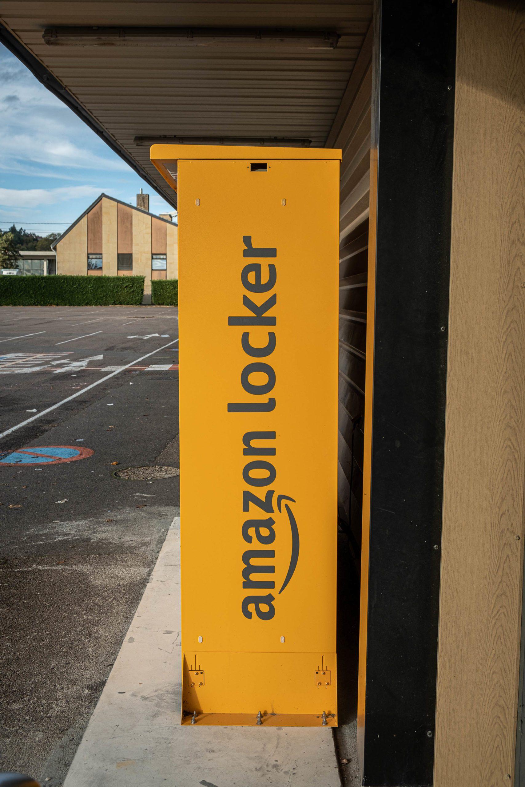 """Barely 1km apart, two """"Amazon Locker"""" parcel collection points have been installed in front of two supermarkets in Saone-et-Loire. Le Creusot, 8 November 2020. Florian Jannot-Caeilleté / APJ / Hans Lucas.A a peine 1km d ecart, deux bornes de retrait de colis """"Amazon Locker"""" sont installes devant deux supermarches en Saone-et-Loire. Le Creusot, 8 novembre 2020. Florian Jannot-Caeilleté / APJ / Hans Lucas."""
