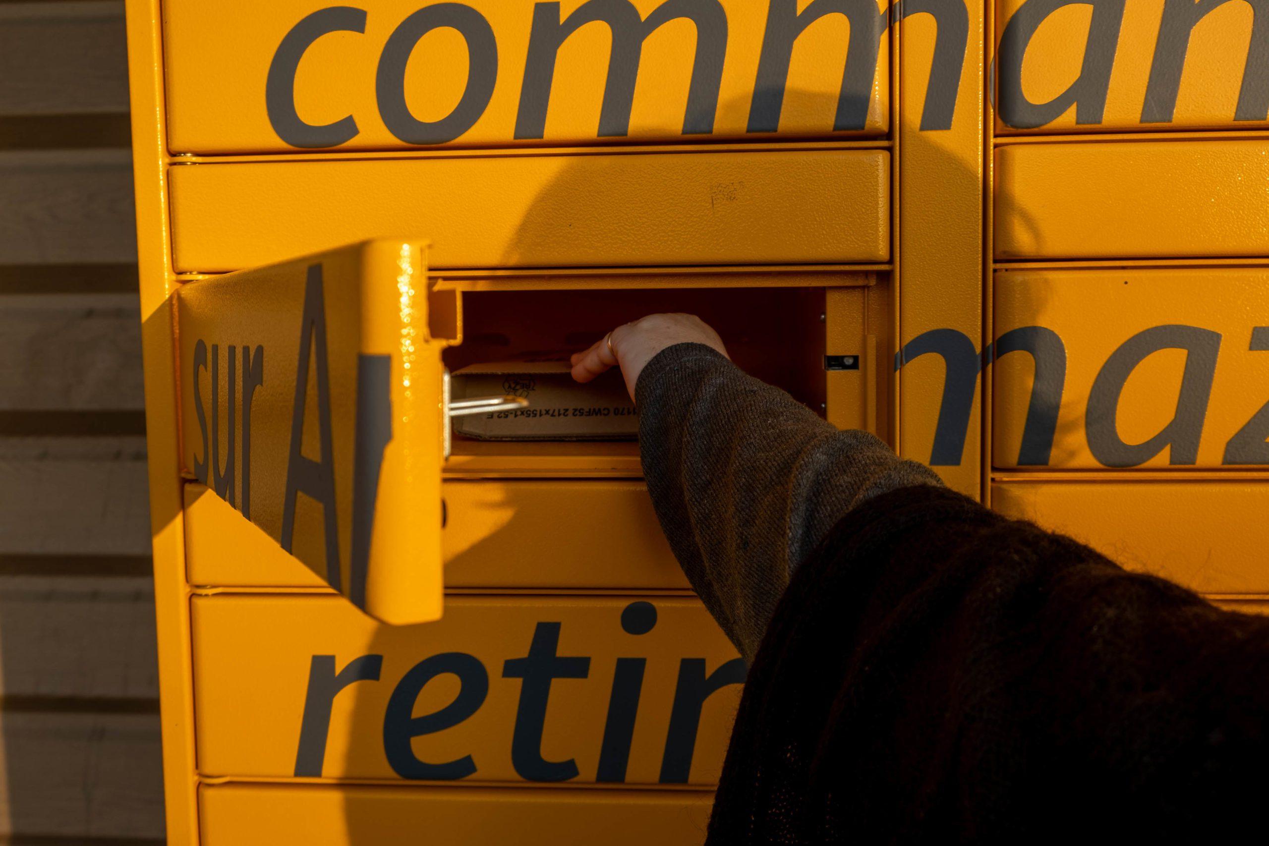 A woman picks up a package ordered on Amazon. Le Creusot, 14 November 2020. Florian Jannot-Caeilleté / APJ / Hans Lucas. Une femme recupere un colis commande sur Amazon. Le Creusot, 14 novembre 2020. Florian Jannot-Caeilleté / APJ / Hans Lucas.