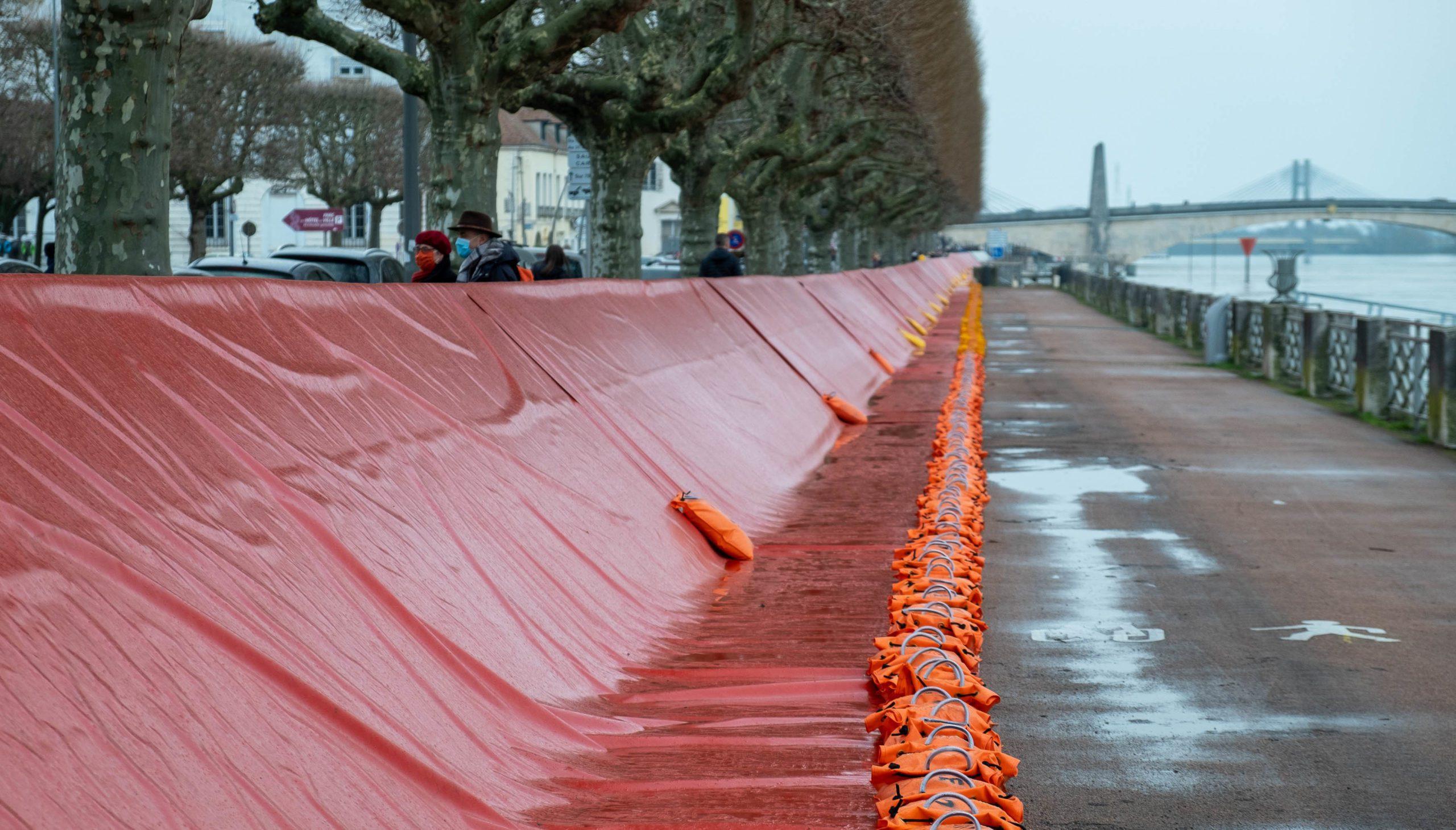 In Chalon-sur-Saone (71), the town has installed its anti-flood system. Chalon-sur-Saone, 06 February 2021. Florian Jannot-Caeilleté / APJ / Hans Lucas. A Chalon-sur-Saone (71), la ville a installé son système anti-crue. Chalon-sur-Saone, 06 février 2021. Florian Jannot-Caeilleté / APJ / Hans Lucas.